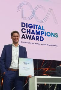 "Die SELECT AG hat beim Digital Champions Award 2018 in der Kategorie ""Digitale Transformation Mittelstand"" den zweiten Platz belegt. Daniel Trost, Vorstand IT (CDO) der SELECT AG, nahm die Urkunde entgegen."